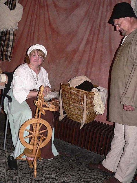 Práci na kolovrátku předvedla v Prácheňském muzeu v Písku Naďa Dvořáková z Bechyně.