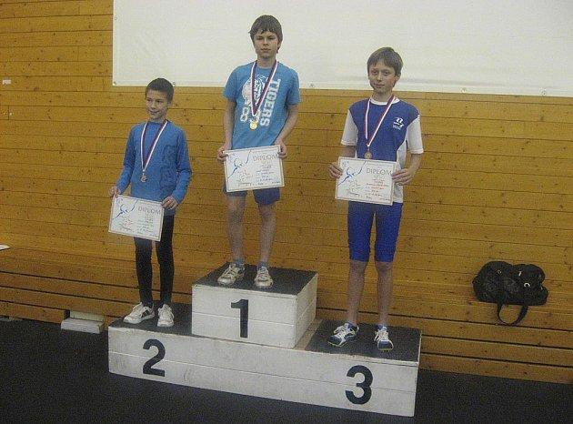 Na snímku uprostřed je chyšecký Josef Jakeš, který v hale na Strahově vyhrál závod v běhu na 800 metrů.