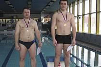 Na snímku jsou dva medailisté v kategorii dvojboj - muži. Zleva stojí: druhý v pořadí Aleš Bočan a vítězný Patrik Kosek, oba z odboru TJ Chyšky.