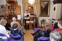 Několik desítek lidí  neděle  velikonoční využilo  k návštěvě  literárního odpoledne  věnovaného  básníku Janu Čarkovi.