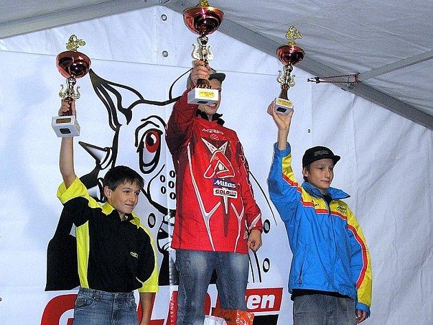 STŘÍBRNÝ VAŠEK. V posledním závodě mistrovstvcí ČR v motokrosu  juniorů , který se jel v Holicích, obsadil Vašek Kovář z  Heřmaně (na snímku vlevo) v kategorii 80 ccm  druhé místo.