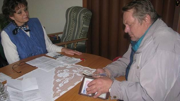 POMOC. Jiří Směšný (na snímku s ředitelkou Komínkovou) přebírá v hotovosti příspěvek na vyčištění studny.