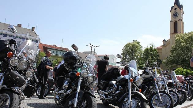Motorkáři na milevském náměstí a v jeho okolí.