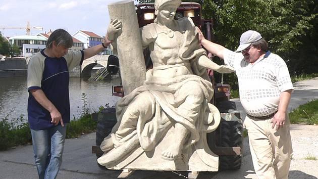 Na snímku sochu při transportu doprovázejí Zdeněk Kadlec (vlevo) z o.p.s. Sladovna a Ivan Břicháček.