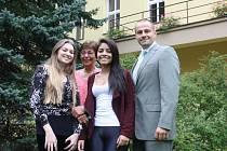 Sedmnáctiletá Marina Stier (vlevo) a o rok mladší Larissa dos Santos tento školní rok díky výměnnému programu Rotary absolvují na Obchodní akademii v Písku. Na snímku jsou s učitelkou Martou Frišmanovou a ředitelem školy Pavlem Sekyrkou.