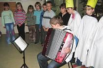 Snímek z tradiční vánoční besídky v orlické základní škole.