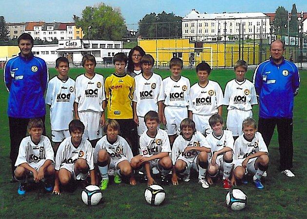 Na snímku jsou divizní mladší žáci FC Písek. Nahoře stojí (zleva): trenér Houdek, Trčka, Uhlík, Jevčák, vedoucí týmu Hochová, Velek, Fučík, Machovský, Vojík, trenér Grobár. Dole: Hudák, Keclík, Klimeš, Grobár ml., Hoch, Růžička a Forejt.