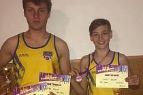 Bratři Bouškové, vlevo starší Patrik s pohárem, medailí a diplomem za 3. místo a vpravo mladší Matěj s medailí a diplomem za 1. místo.