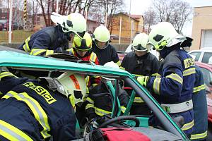 Hasiči se učili speciální postupy vyprošťování u dopravních nehod.