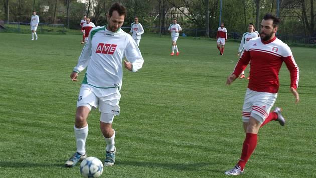 Záchranářské derby nabídlo 19. kolo krajského přeboru, ve kterém o udržení v soutěži bojující Jaroměřice (v bílém) hostily poslední Jemnicko.