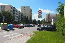 Parkoviště v ulici Pod Stadionem.
