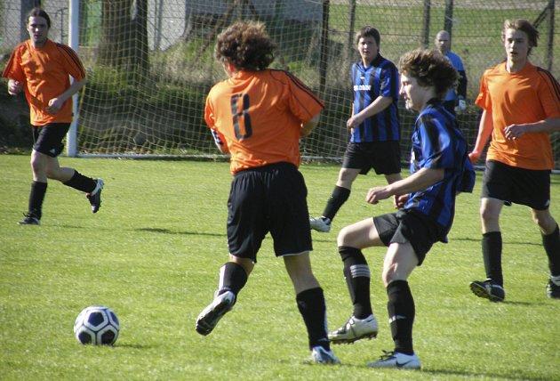 Kovářovský Koudelka (vlevo) a domácí A. Chochole bojují o míč v sobotním (11. 4.) utkání okresní fotbalové III. třídy mužů Oslov - Kovářov B, ve kterém hosté zvítězili 2:3.