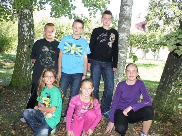 ODPOVÍDALI. Na snímku jsou Jirka, Filip, Jiří , Natálie, Nikola a Milena. Všichni chodí do páté třídy.