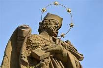 Poškozená socha na Kamenném mostě