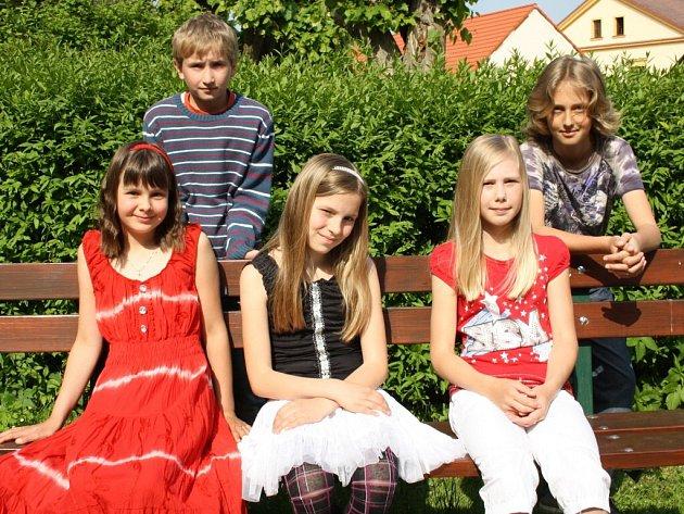 Vojta Mára ze 4. třídy a Jirka Tůma, Renáta Robauschová, Kateřina Pechačová a Andrea Bernatíková z 5. třídy Základní školy Orlík nad Vltavou.