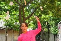 ANETA  Schallenbergerová patří mezi pravidelné návštěvníky zařízení. Být jen tak doma, jak říká, by ji nebavilo. Na snímku ukazuje vyrobené ptáčky.