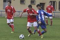 V jihočeském derby fotbalové divize zvítězily Strakonice nad Milevskem 2:0. Na snímku domácí Petr Dvořák (v pruhovaném) atakuje unikajícího Karla Slámu.