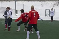Na snímku z přípravného fotbalového zápasu FC Písek - FC Viktoria Plzeň B (1:2) bojuji o míč domácí Ondřej Kosobud (ve světlém) a Kamil Staněk, vpravo všemu přihlíží Jan Chvojan (č. 6).