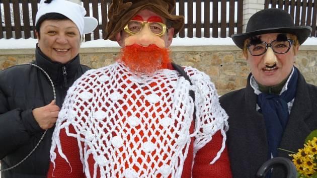 DELEGACE ZE ZAHRÁDKY. Na snímku ze sobotního borovanského masopustu jsou Lenka Sklenářová a manželé Volkovi, Petr a Dagmar.