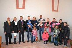 Vítání občánků v opravené kapli v Čížové.