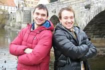 Hokejoví bratři Jakub (vlevo) a Jan Kovářovi hrají ruskou KHL, jsou reprezentanty České republiky a budou bojovat o nominaci na Zimní olympijské hry v Soči. Na snímku jsou doma v Písku u Kamenného mostu.
