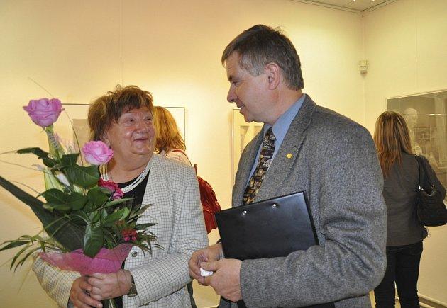 V Prácheňském muzeu v Písku představila Mezinárodní bienále kresby Plzeň  jeho prezidentka Jana Potužáková. Na snmku je s ředitelem muzea Jiřím Práškem.