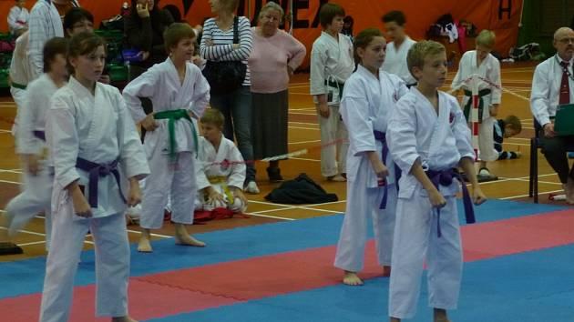 Na snímku je kata tým mladších žáků klubu Karate-P-klub. Zleva stojí: Hana Lípová, Eliška Havlová a Adam Samec.