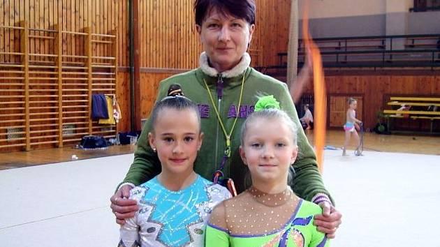 Na snímku je trenérka Lenka Karlová se svými svěřenkyněmi (zleva): Nikolou Bečvářovou a Terezou Sajtlovou.