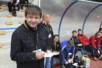 Trenér píseckých fotbalistů Karel Musil se na snímku usmívá, ale vnitřně všechna utkání hrozně prožívá. Za ním jsou jeho asistenti Jaroslav Kostka a Ladislav Bernát.