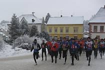 Na snímku krátce po startu 28. ročníku Silvestrovského běhu v Jistebnici je druhý zleva s číslem 50 chyšecký vytrvalec Martin Fuka.