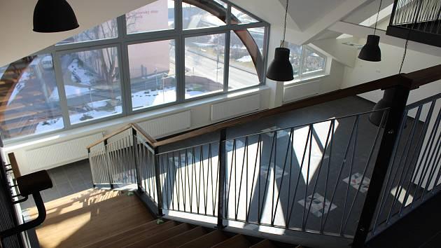 Nová půdní vestavba a výhled z rekonstruovaných prostor písecké obchodní akademie.