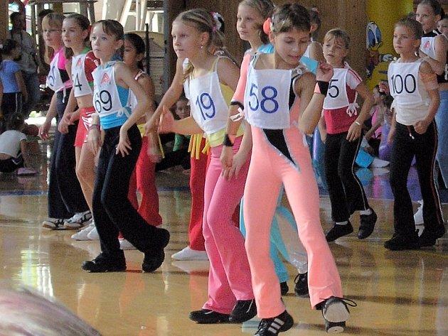 BYLA VE FINÁLE. V kategorii 8 – 10 let soutěžila v Kralupech nad Vltavou z klubu Edita AK také Barbora Vlnová (na snímku vpravo s č. 58), která ve finále vybojovala výborné šesté místo.