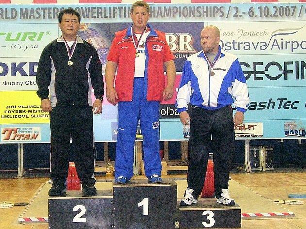 ZLATÝ ÚSPĚCH. Putimský rodák Josef Máška (na snímku uprostřed) vybojoval na Mistrovství světa v silovém trojboji v Ostravě v benč presu zlatou medaili a obhájil tak prvenství z loňského šampionátu v USA.