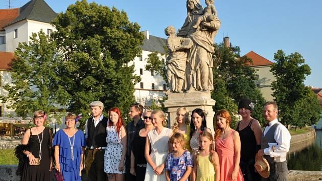 Letní slavnost na Kamenném mostě, kterou v sobotu v podvečer uspořádal  spolek Přátelé Kamenného mostu,  i přes velmi teplé počasí přilákala několik stovek návštěvníků z Písku i jiných míst.