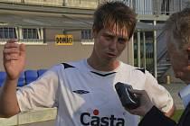 Lukáš Holub (na snímku v rozhovoru pro Písecký deník) patřil k nejlepším hráčům mužstva Písku ve středečním pohárovém zápase s Dynamem České Budějovice.