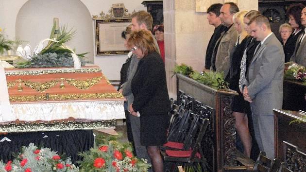 Rodina, spolupracovníci a veřejnost se s Josefem Samcem rozloučili v kostele Narození Panny Marie v  Písku.