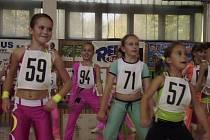 Na snímku z klání v soutěžním aerobiku Master Class v Kralupech nad Vltavou jsou dívky z klubu Edita Sokol AK kategorie 8 - 10 let: Adéla Herbrychová (č. 57), Sandra Fáberová (71) a Andrea Kautzká (94).