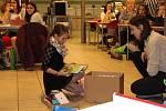 Zaměstnanci Schneider Electric nadělovali dárky dětem.