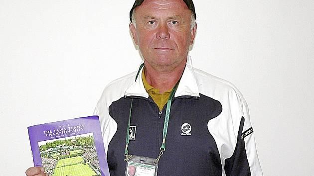 Jaroslav Zíb s bulletinem vydaným k letošnímu ročníku tenisového  Wimbledonu a s akreditační kartou.