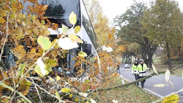 U Tálína na Písecku boural autobus s dětmi, které vezl z plaveckého stadionu v Písku domů do Týna nad Vltavou.