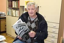 Jiří Hladký se svou novou knihou Všechno z kamene.