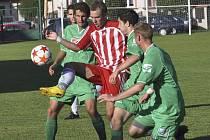 Fotbalisté Čížové (na snímku z domácího zápasu se Štěchovicemi atakují hostujícího Lukeše hráči Gögh, Benda a Šácha) se v zápase minulého kola divize v Praze proti béčku Slavie neprosadili, na Strahově prohráli 0:3.
