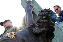 Na snímku je restaurátor Robert Ritschel (ten na kopii Ježíše a kříže pracoval půl roku) při asistenci jeho transportu do sousočí Kalvárie.