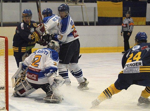 Domácí Šulčík a Šperger (v tmavém) v souboji s Novákem v utkání minulého kola 2. hokejové ligy, ve kterém Milevsko porazilo doma Řisuty 5:3.