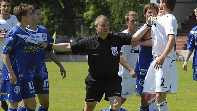 Hlavní rozhodčí sobotního zápasu III. fotbalové ligy Písek - Kladno Daniel Tereba takto musel držet od sebe domácího Romana Pivoňku (vpravo) a hostujícího Martina Suse, aby zchladil jejich horké hlavy.