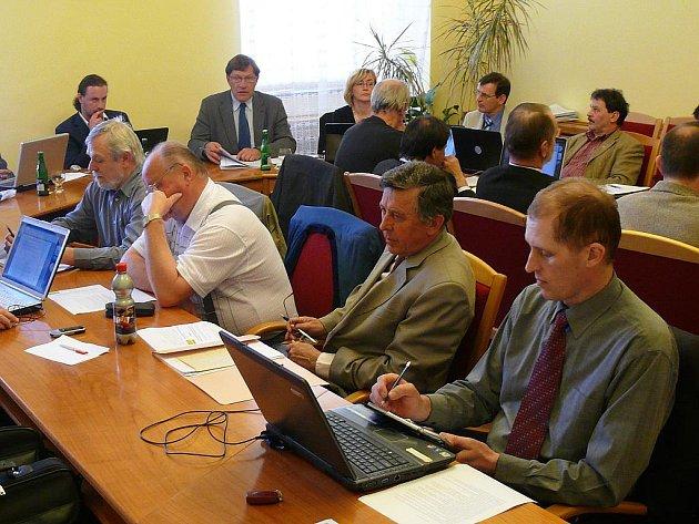 Zasedání zastupitelstva se konalo 7. dubna na radnici na Velkém náměstí, kde jsou stísněné prostory.
