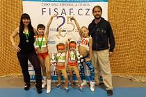 Na snímku jsou zleva: Edita Šťastná, Vanessa Šťastná, Jasmine Šťastná, Justine Šťastná, Nathalie Koutníková a Zdeněk Šťastný.