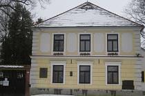 SOUČASNOST. V domě, kde žila slavná bernartická rodačka Vlasta Kálalová Di-Lottiová, se nachází v přízemí knihovna, v patře pak  malá expozice věnovaná místním rodákům.