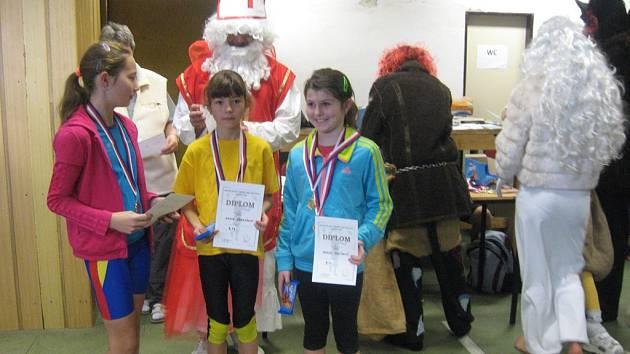 Na snímku vpravo je trojnásobná vítězka Pavla Molíková z Milevska i se získanými  medailemi.