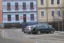 Parkovací místa před radnicí.